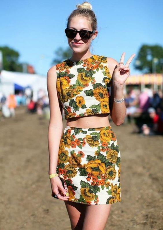 áo croptop và váy họa tiết