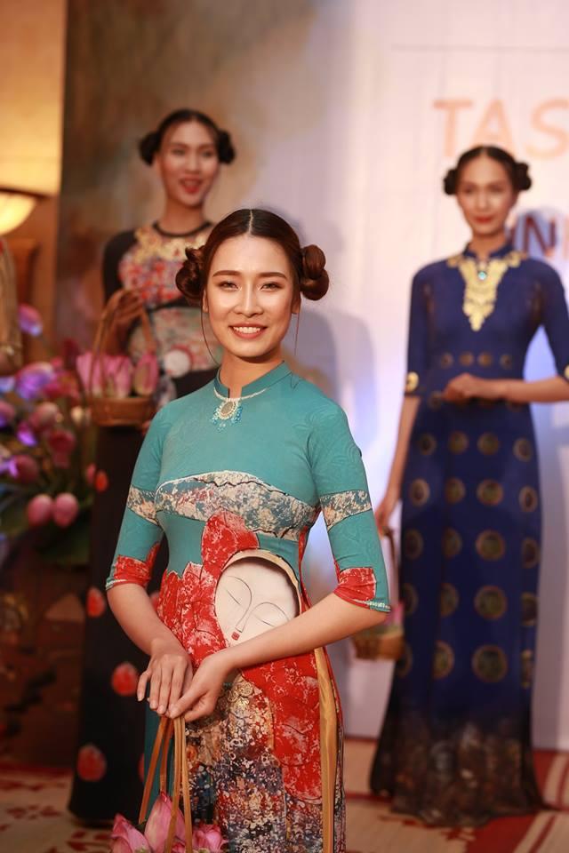 Trình diễn Bộ sưu tập Áo dài từ NTK Đỗ Trịnh Hoài Nam.