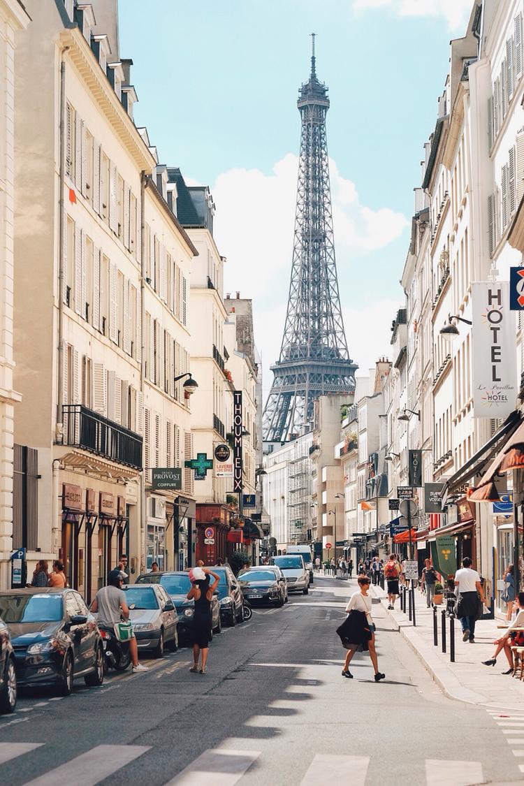 Một góc phố nhỏ gần tháp Eiffel tại Paris