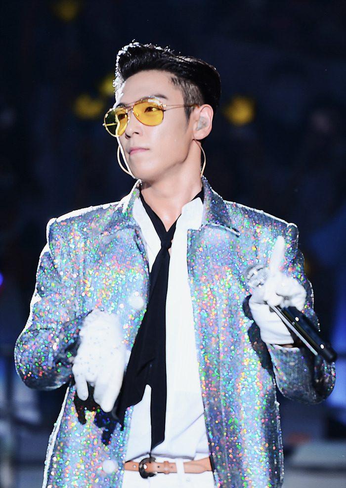 Và làm sao có thể thiếu một chiếc áo blazer chất liệu ánh kim tuyến phản chiếu lấp lánh trong những buổi trình diễn lớn được chứ?