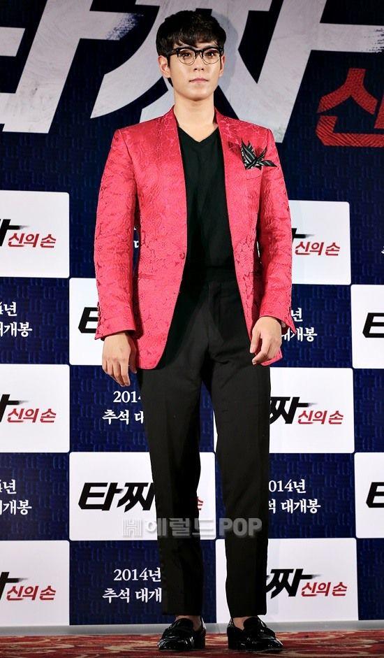 Vest vải hồng với hoa văn ẩn, được nhấn nhá bằng chiếc khăn sọc đen trắng nơi túi áo.