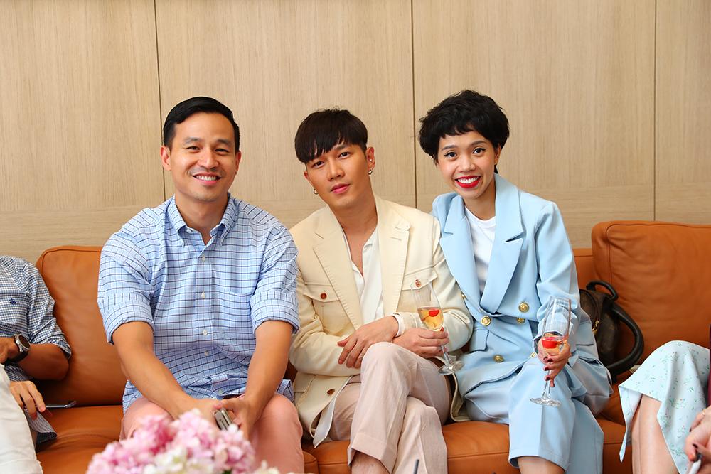Chị Khánh Ngọc, Senior Beauty Editor của tạp chí ELLE Việt Nam, tại buổi tham quan biệt thự Louis Vuitton House (góc phải).