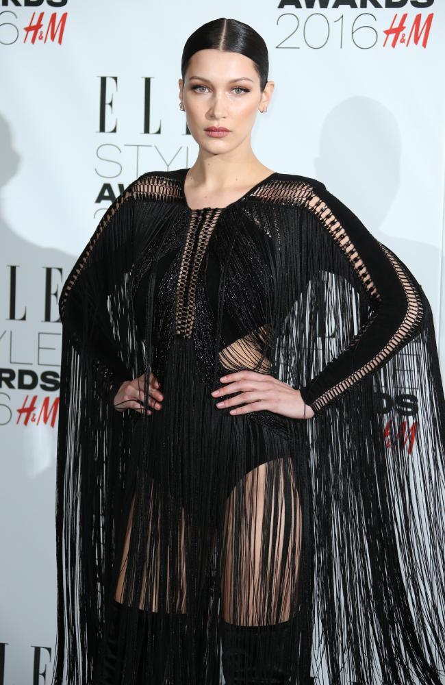 Bella Hadid trong trang phục gợi cảm nhất trên thảm đỏ.