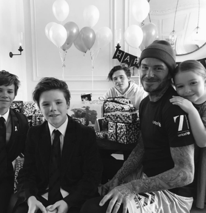 """Trên Instagram, cựu danh thủ người Anh đã chia sẻ bức ảnh trắng đen ghi lại khoảnh khắc 5 bố con thật hạnh phúc do Vic chụp, kèm lời ghi chú: """"Thật nhiều tình yêu dành cho bố hôm nay""""."""