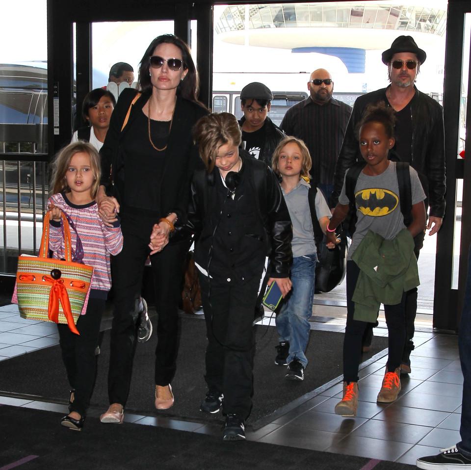 Trước những câu chuyện đáng tiếc giữa cặp đôi này, khán giả đã luôn ngưỡng mộ tình cảm gia đình của Brad Pitt và Angeline Jolie, họ luôn xuất hiện với hình ảnh khắng khít và quất quít bên nhau.