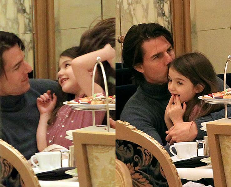 Tom chăm chú trò chuyện cùng với con gái vào trao nụ hôn âu yếm đến cô công chúa nhỏ của mình vào năm 2010.