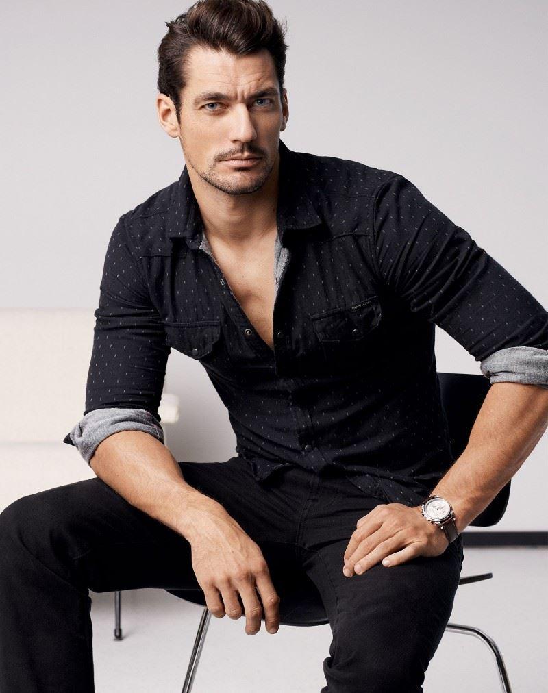 Sơ mi đơn giản cùng quần jeans tối màu luôn là style lựa chọn thường ngày của David Gandy