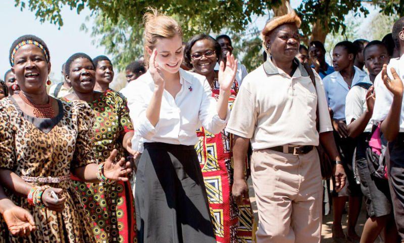 Trang phục giản dị tinh tế của Emma Watson trong chuyến từ thiện đến Melawi