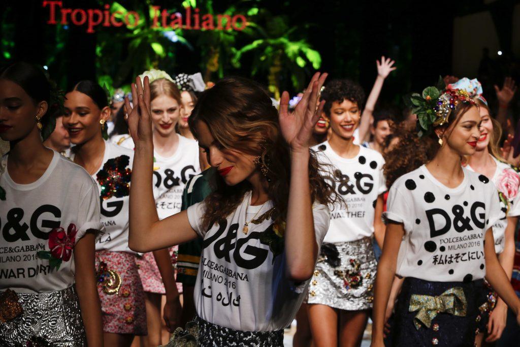 Phần trình diễn kết thúc show ấn tượng để mỉa mai hàng nhái thương hiệu D&G.