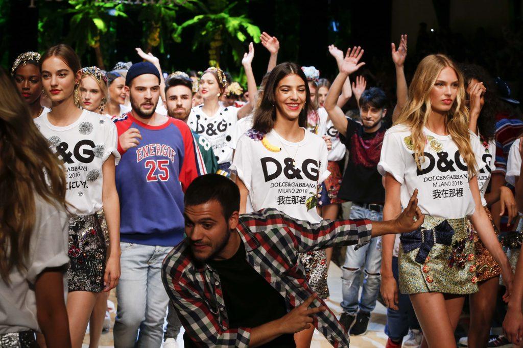 91 cô gái xinh đẹp đãtham gia sự kiện để thể hiện được ý nghĩa của dòng T-shirt đặc biệt này.