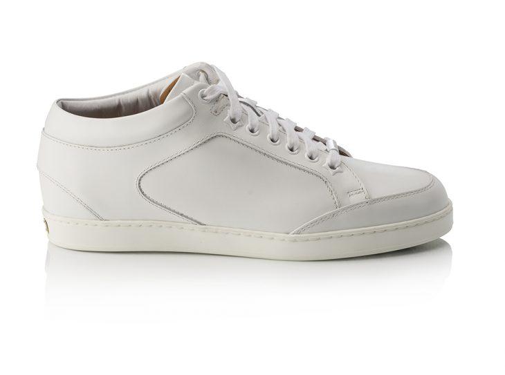 Đôi sneaker màu trắng được Dakota yêu thích