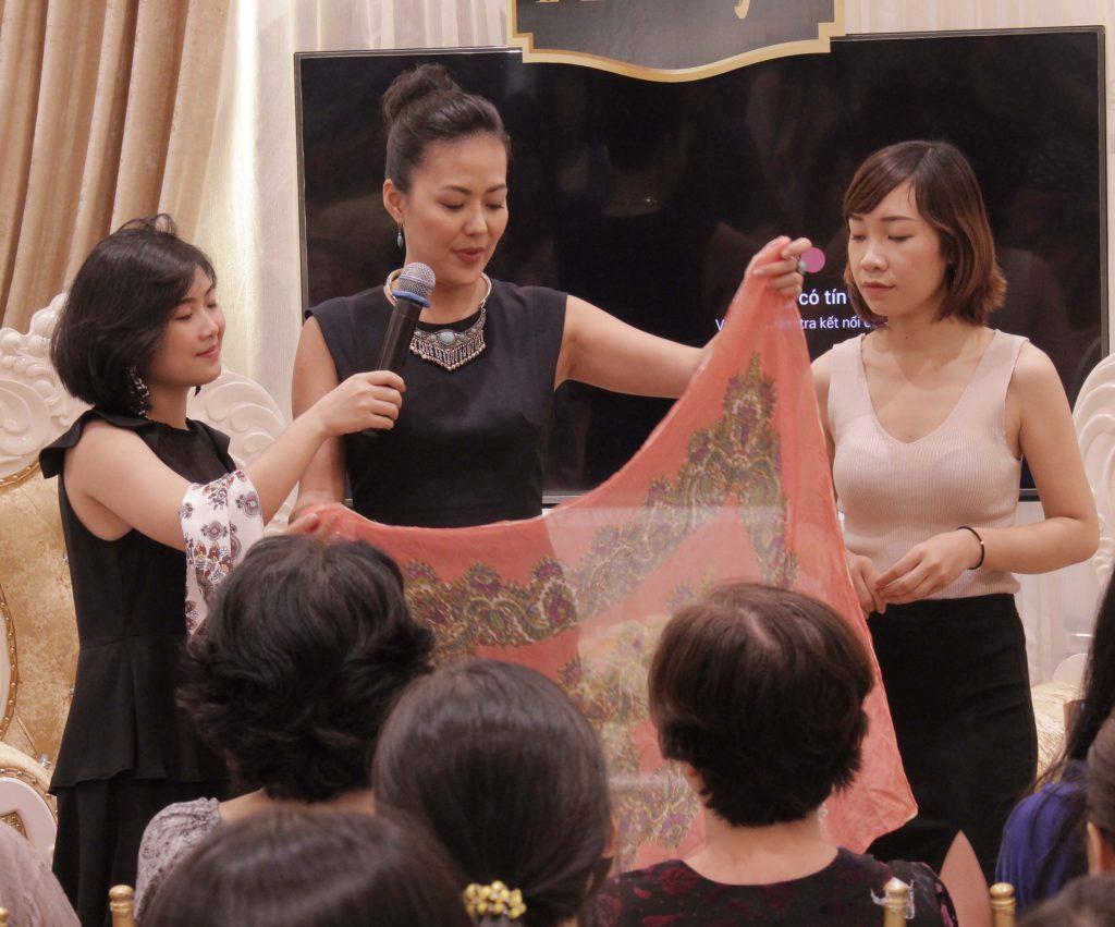 Bùi Việt Hà hướng dẫn các cách sử dụng khăn vuông ngày hè
