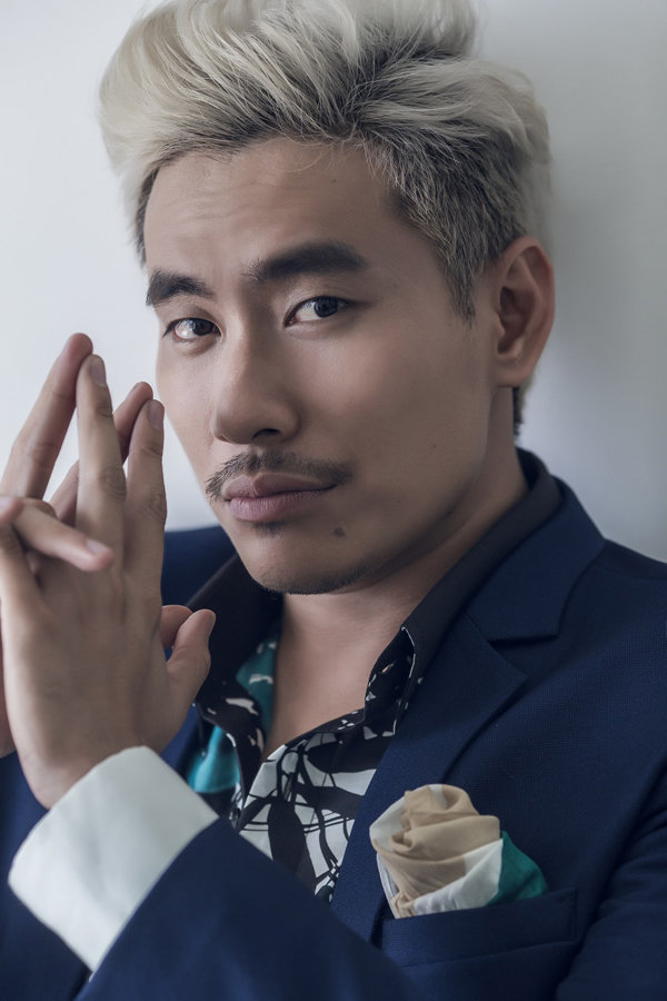Sở hữu mái tóc bạch kim thời thượng, hình ảnh tay chơi Hoàng với phong cách vừa lịch lãm vừa cá tính phần nào đã ảnh hưởng đến gu thời trang của Kiều Minh Tuấn trong thời gian gần đây.