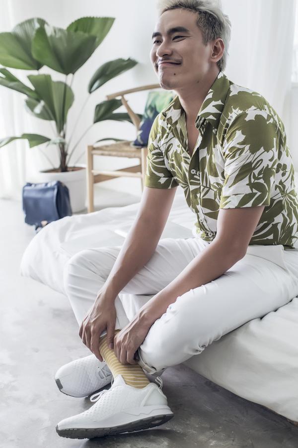 Với những chiếc áo quá nhiều họa tiết thì set đồ đơn giản với màu trắng làm chủ đạo chính là công thức để làm nên nét trẻ trung cho các chàng.