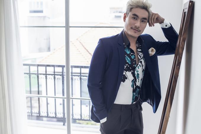 Cũng với chiếc áo vest ấy, Kiều Minh Tuấn thêm chút cá tính với chiếc sơ mi sử dụng hoa văn cùng tông màu.
