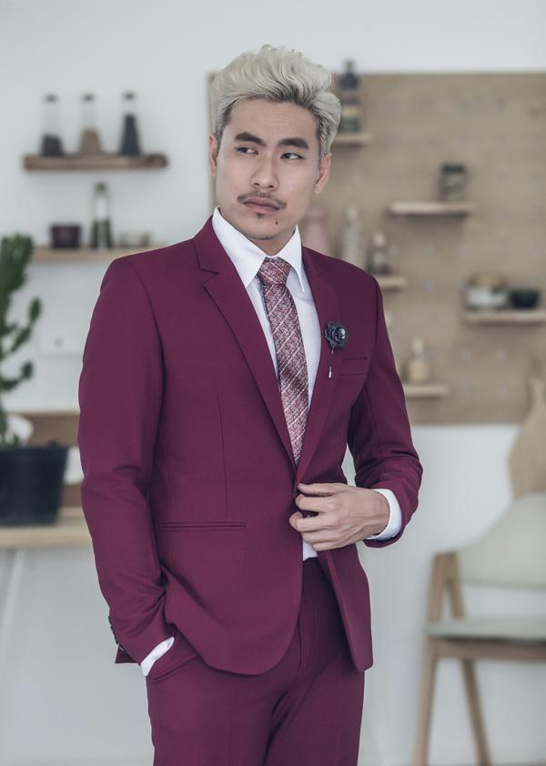 Với mái tóc bạch kim và gương mặt cực kì nam tính, Kiều Minh Tuấn có thể làm chủ được những bộ cánh tưởng chừng rất khó nhằn như vest màu đỏ bọc đô này.