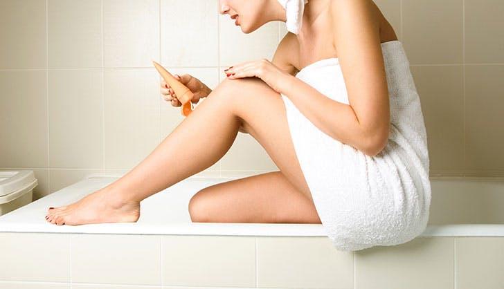 Làm nâu da bằng cách sản phẩm tự nhuộm tại nhà.