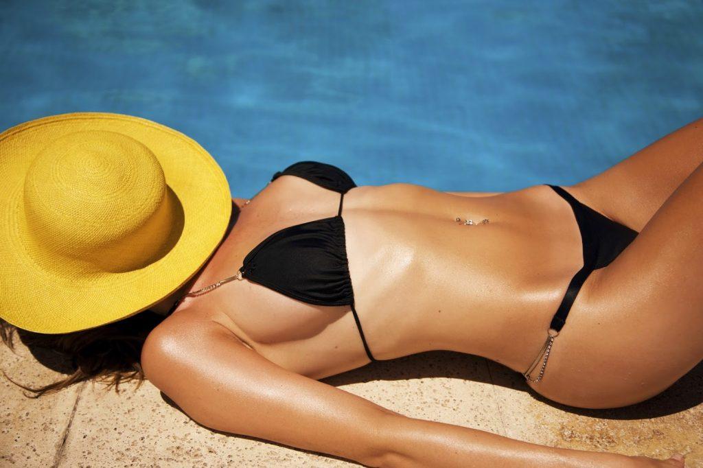 Làm nâu da hiệu quả bằng cách tắm nắng trực tiếp.