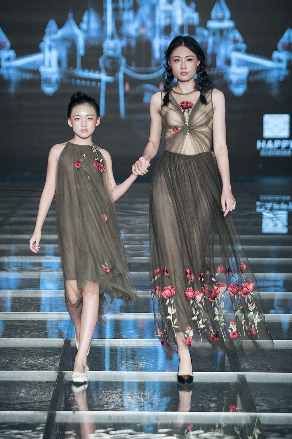 """Một mẫu dành cho mẹ và bé trong BST """"No 2 – Dreaming"""" đến từ thương hiệu Happy Clothing by Thảo Nguyễn."""