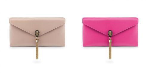SERPENTI POCHETTE là dòng sản phẩmmới nhất trong bộ sưu tập ví cầm tay của BVLGARI. Sự tinh tế và sành điệu cùng khóa cài hình đầu rắn giúp các cô gái trở thành nữ hoàng của buổi tiệc. Được phủ một lớp bóng trên nền da cao cấp, chiếc ví còn lấp lánh hơn hết nhờ vào các loại đá quý: Pink Spinel, Desert Quartz.