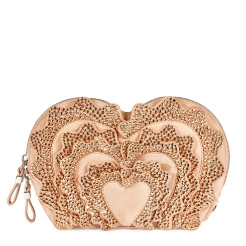 Những chiếc túi mini cũng là một trong những điểm ấn tượng của BST. Với hình ảnh trái tim - biểu tượng cho tình yêu - thu hút sự chú ý của  các tín đồ thời trang. Họa tiết trái tim được bao bọc bởi những viên pha lê lấp lánh.