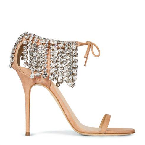 Với những buổi tiệc vào buổi tối,một đôi giày màu trung tính và ấn tượng bởidải đá quý trêndây gài chính là sự lựa chọn thông minh.