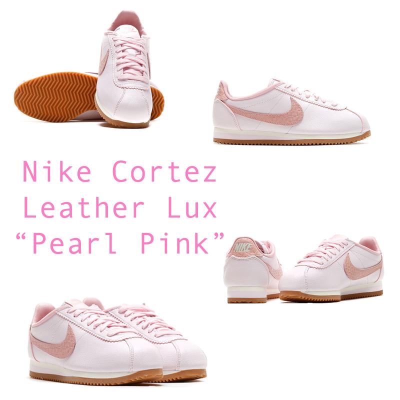 Nike Cortez chưa phải là một cái tên quen thuộc với giới trẻ Việt Nam nhưng đâyđược xem như một trong những tượng đài sneaker thuộc hàng classic của Nike, bên cạnh cái tên nổi tiếng Air Force 1. Đây gần như là sự kết hợp hoàn hảo của một đôi sneaker cá tính và giày ballet mềm mại.