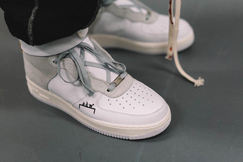 Thương hiệu A COLD WALL được viết tắt các chữ các đầu tiên xuất hiện một cách tinh tế trên thân giày.
