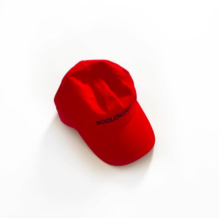 Chiếc nón đỏ với dòng chữ đen chính là tên của thương hiệu Boolenciagađược bán trên trang web của hãng với giá 65USD.