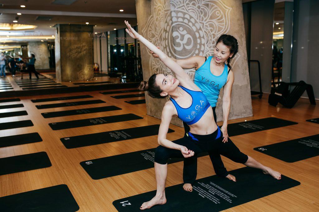 Hồ Ngọc Hà và mẹ, NTK Lý Quí Khánh, Mâu Thủy, Ngọc Duyên, Kim Nhung, Ngọc Thúy hào hứng tham dự thử thách Yoga #108challenge