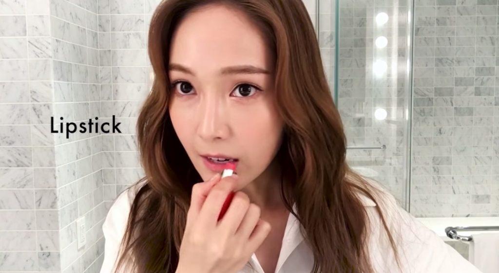 Jessica Jung tô lòng môi nhẹ nhàng