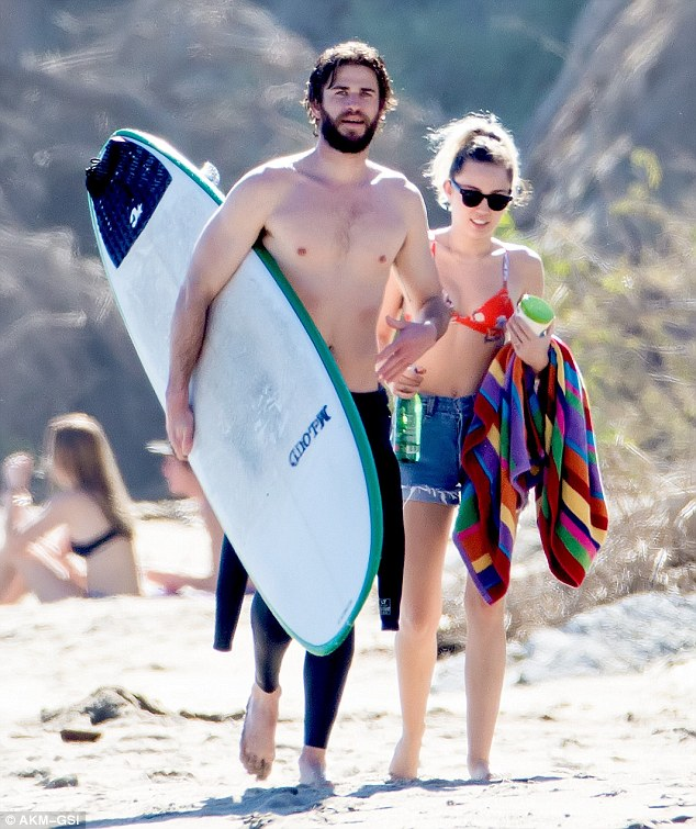 Miley Cyrus và Liam Hemsworth tay trong tay tại một bờ biển tại Malibu