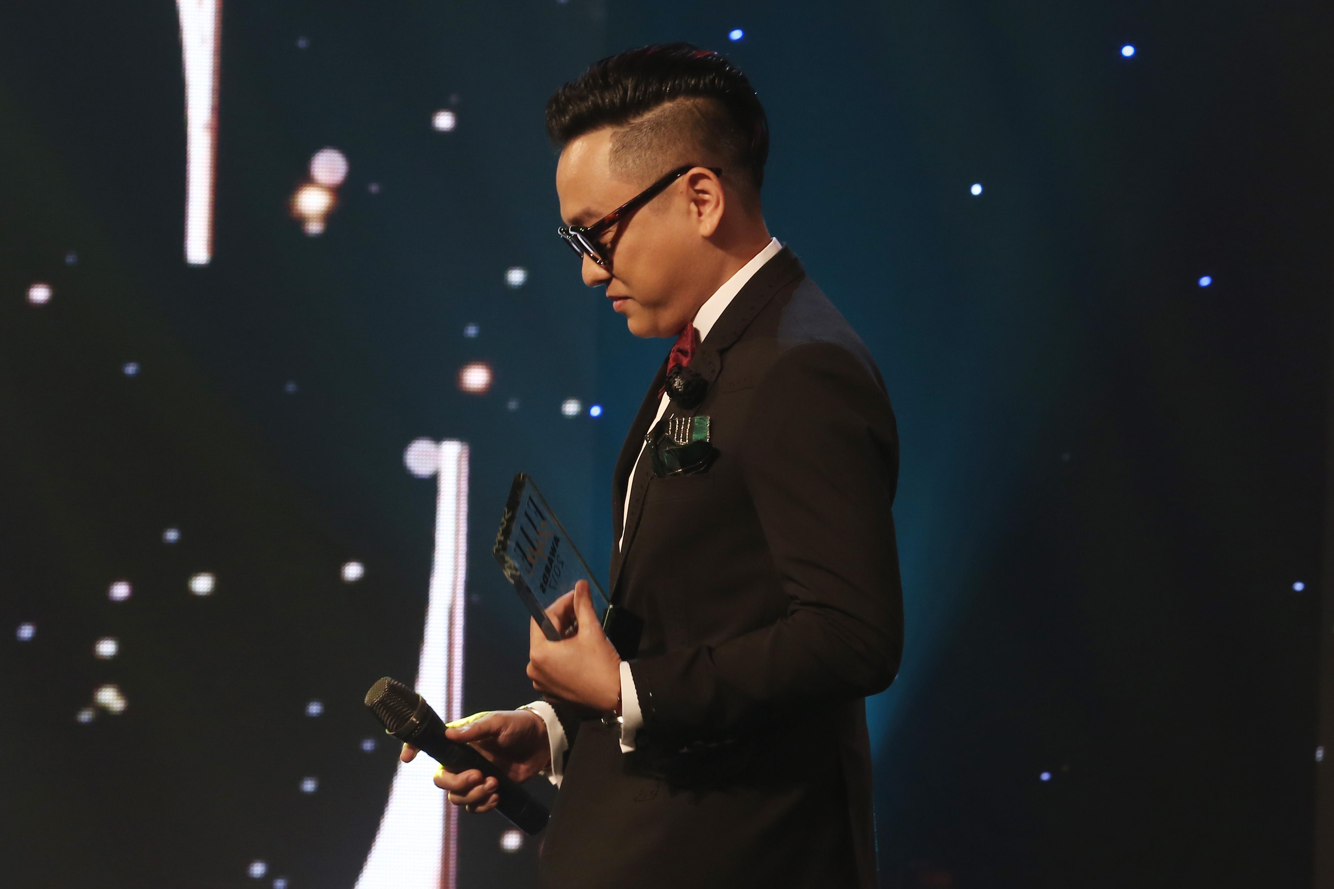 NTK Công Trí nhận giải thưởng Thành tựu của năm tại ELLE Style Awards 2017