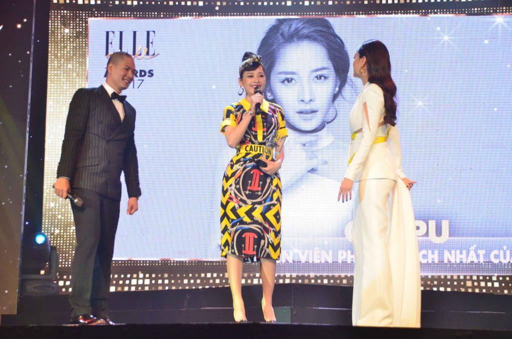 Chi Pu nhận giải trên sân khấu