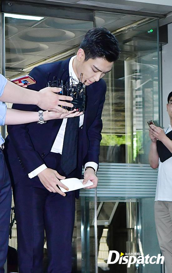 Hình ảnh T.O.P cuối đầu nhận lỗi hẳn thổn thức rất nhiều fan hâm mộ, gia đình những người luôn hướng về phía anh.