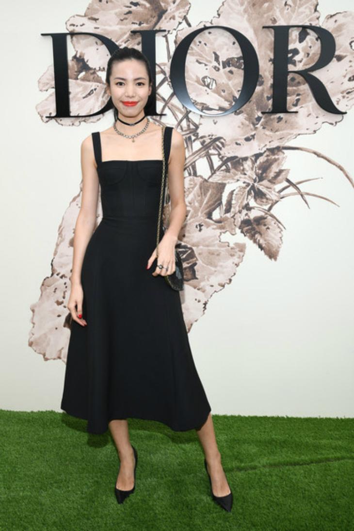 Fahsion blogger Jing Lee trong chiếc đầm đen cực kì quý phái