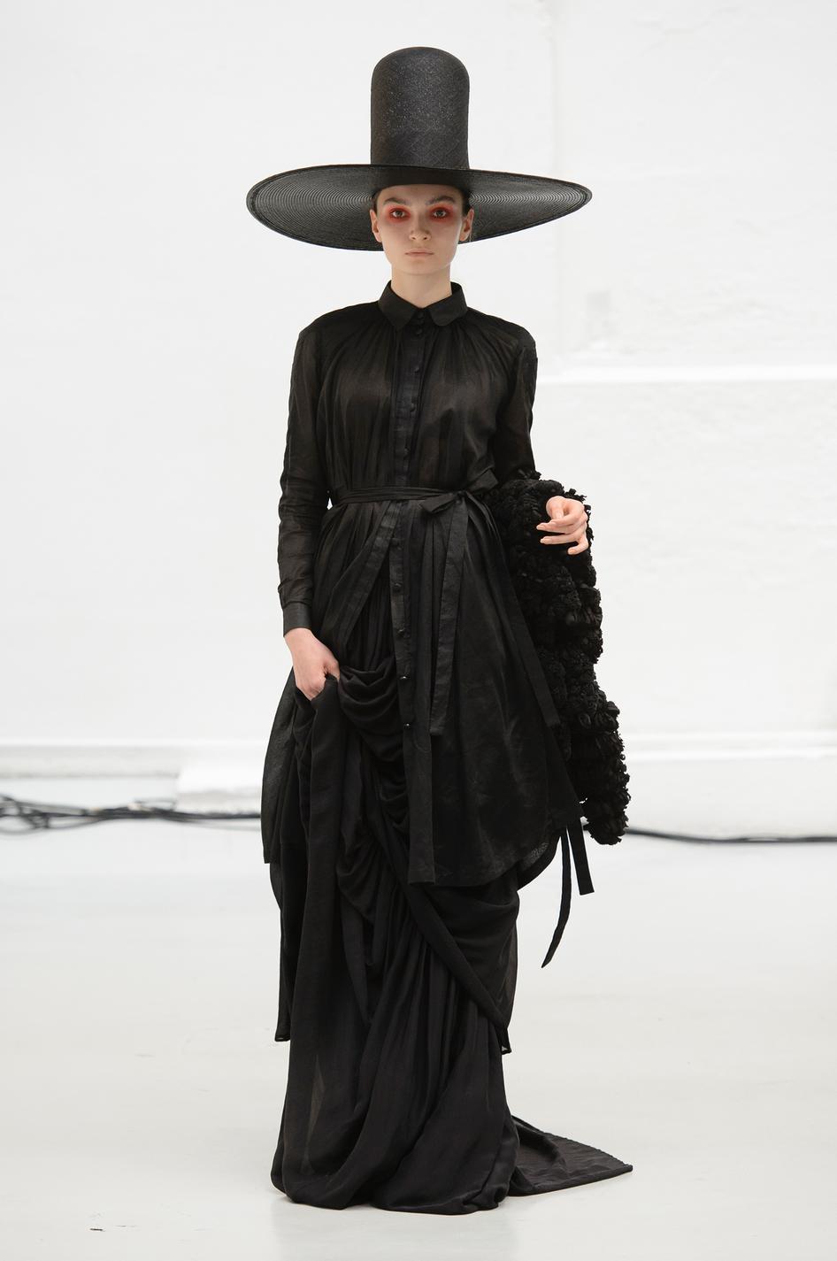Chiếc mũ tombstone rộng vành của Xuan gây chú ý tại Paris Haute Couture