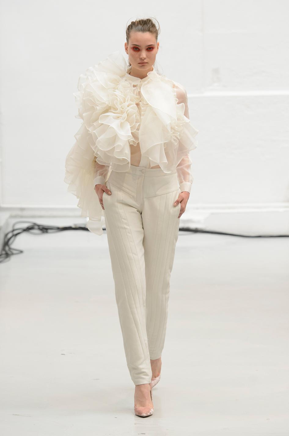NTK Xuân-Thu Nguyễn cũng mang tới chiếc áo sơ mi trắng cấu trúc độc đáo đang rất trendy.