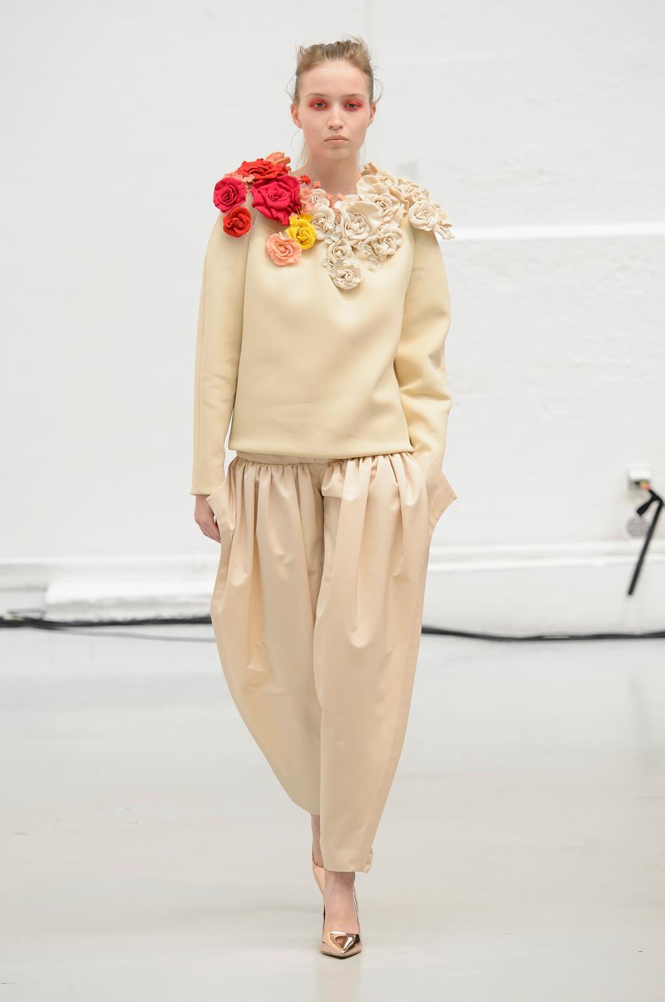 Chiếc áo vơi chi tiết điểm hoa đơn giản nhưng ấn tượng