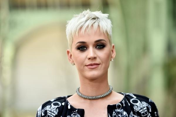 Katy Perry nổi bật với tóc cắt ngắn bạch kim cùng đôi mắt viền đen sắc sảo