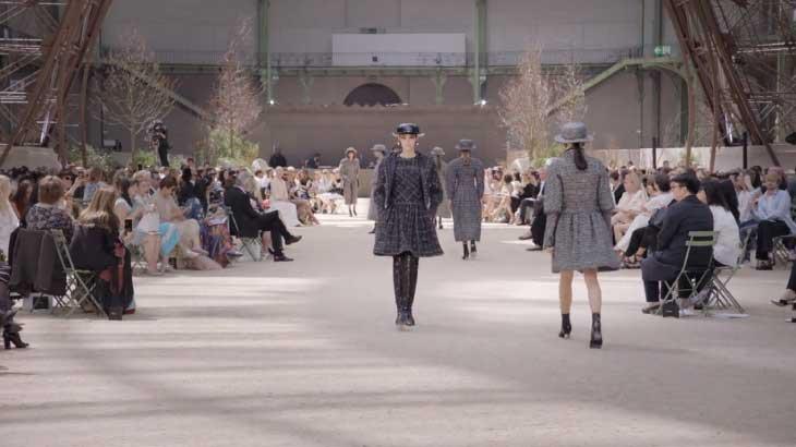 Karl Lagerfeld đưa người xem lạc về nước Paris thế kỉ 20