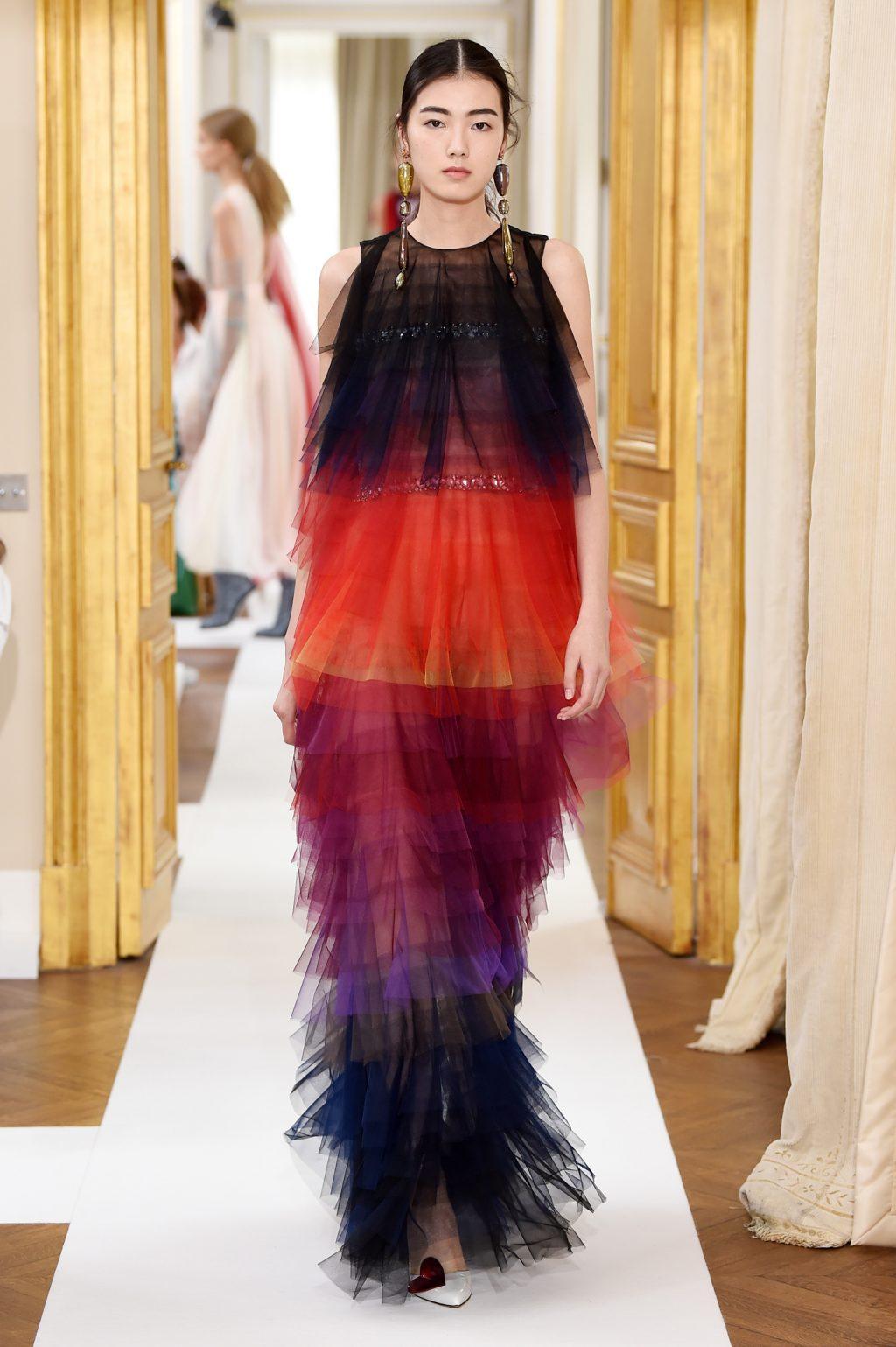 Một thiết kế váy tulle phối màu ấn tượng từ Schiaparelli