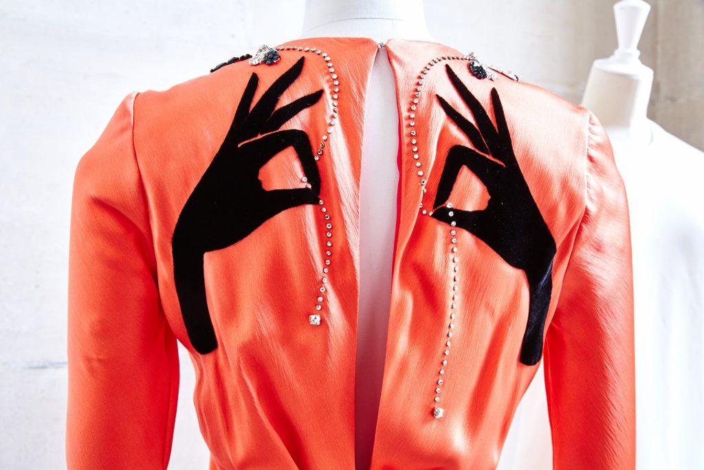 Một thiết kế gốc của Elsa Schiaparelli từ năm 30-40 sử dụng pha lê Swarovski.