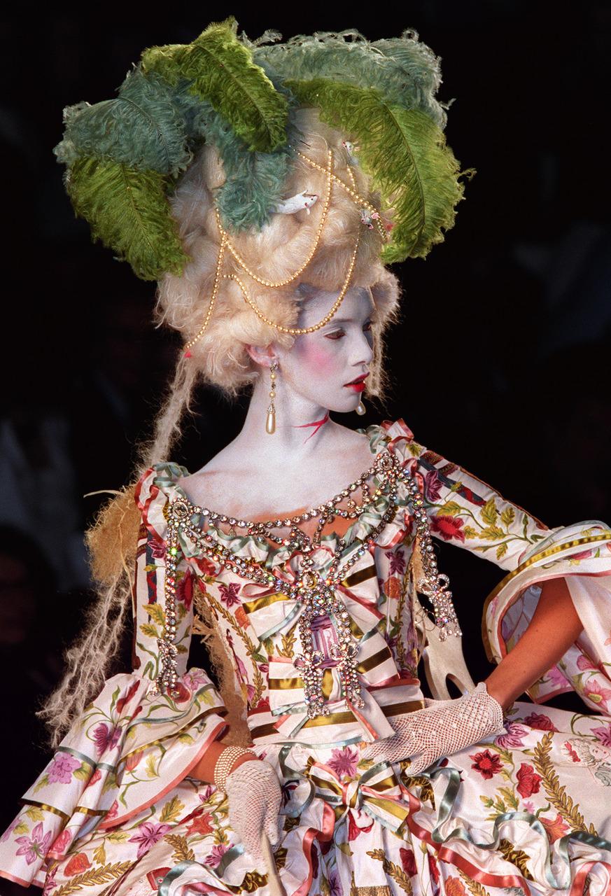 Đầm Couture với nhiều họa tiết hoa kết hợp với nón có gắn lông vũ xanh lá được thiết kế bởi John Galliano tại show Haute Couture Thu-Đông năm 2000-2001 của Christian Dior