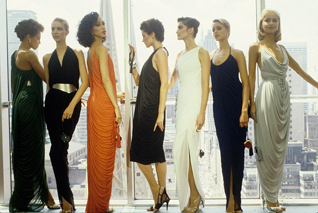 Đầm Couture trong thập niên 80s thường có kiểu dáng suông bóng, khoe vẻ đẹp nuột nà của người phụ nữ, vừa quyến rũ mà không kém phần quý phái