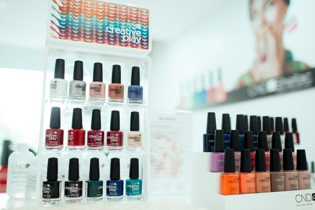 Lala sử dụng toàn bộ sản phẩm sơn của thương hiệu CND với hàng trăm màu sơn lạ mắt tuyệt đối không gây hỏng móng