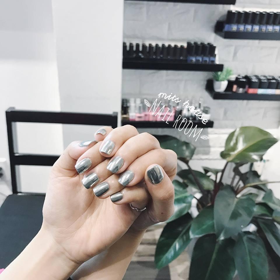 Ở đây bạn có thể tìm thấy nhiều màu gel lạ mắt và luôn có nhiều mẫu nail art cập nhật xu hướng, điều mà không phải tiệm nail nào cũng chịu khó tìm tòi và học hỏi.