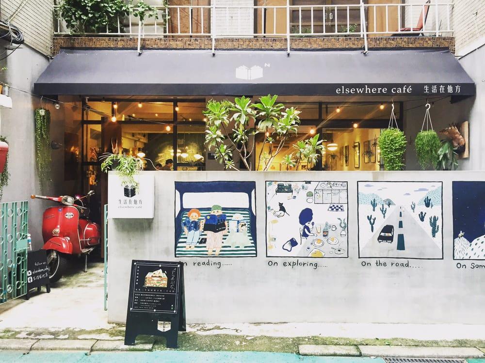 Thiết kế sinh động và bắt mắt của Elsewhere Cafe.