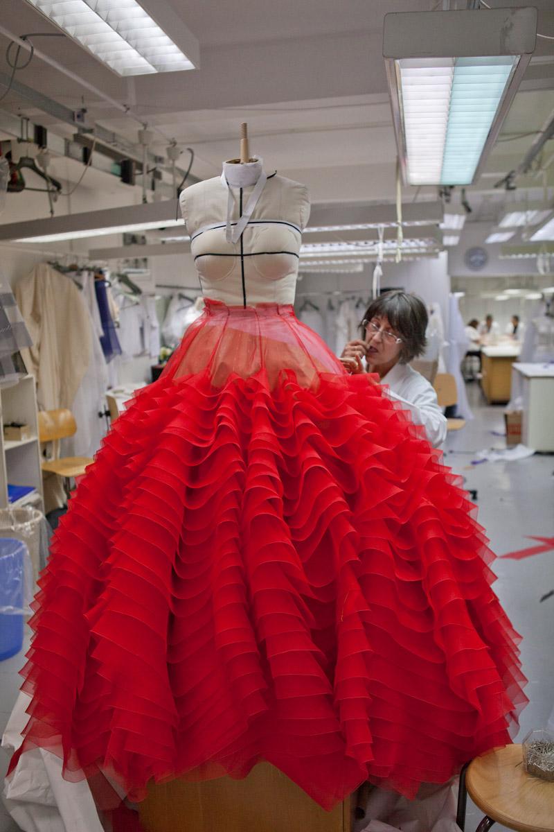 Một bộ Couture sẽ được các nghệ nhân may bằng tay, tỉ mỉ cẩn thận từng đường chỉ mũi kim