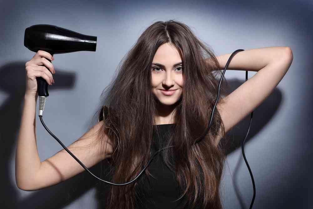 Sấy tóc sẽ làm cho tóc khô và chẻ ngọn nên các cô gái thường chọn để tóc khô tự nhiên tạo độ mềm mượt và tăng volume cho tóc